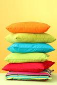 黄色の背景にカラフルな枕 — ストック写真