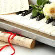 Background of synthesizer keyboard with flower — Stockfoto