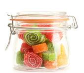 Bunte gelee bonbons im glas isoliert auf weiss — Stockfoto