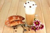 стакан свежего кофе, коктейль и блюдце с бубликов на деревянных фоне — Стоковое фото