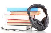 Kitaplar üzerinde beyaz izole kulaklık — Stok fotoğraf