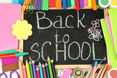 The words 'Back to School' written in chalk on the small school desk with v — Fotografia Stock