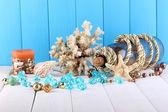 Dekor Meeresmuscheln auf Holztisch auf hölzernen Hintergrund — Stockfoto