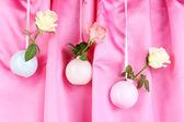 在花瓶布背景上挂着美丽的玫瑰 — 图库照片