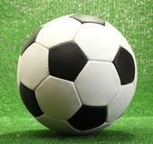 Yapay yeşil çim futbol topu — Stok fotoğraf