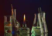 Spiritlamp y tubos de ensayo sobre fondo azul-rojo — Foto de Stock