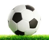 Fußball ball auf grünem gras, isoliert auf weiss — Stockfoto