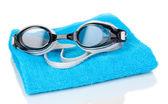 Schwimmen schutzbrillen auf handtuch isoliert auf weiss — Stockfoto