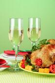 Bankiet tabela z kurczaka pieczone na zielone tło zbliżenie. święto dziękczynienia — Zdjęcie stockowe