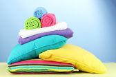 Cuscini e asciugamani su sfondo blu — Foto Stock