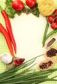 Papper för recept, grönsaker och kryddor på grön bakgrund — Stockfoto