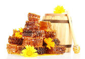 Sweet honeycombs, barrel with honey and flowers, isolated on white — Stockfoto