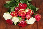 Boeket van mooie rozen op houten achtergrond close-up — Stockfoto