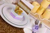 Pohádkové svatební stůl ve fialové a zlaté barvy detail — Stock fotografie