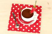 Witte cup met warme chocolademelk en chili peper op houten achtergrond — Stockfoto