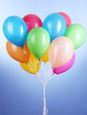 Palloncini colorati su sfondo blu — Foto Stock
