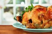 对木制背景特写蓝板上烤整鸡 — 图库照片