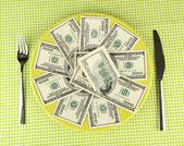 Banknoten auf der platte mit grünen tischtuch nahaufnahme — Stockfoto