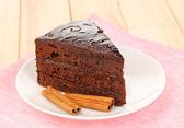 Torta sacher al cioccolato sul tavolo di legno — Foto Stock