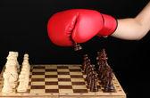 Jugando al ajedrez en guantes de boxeo aisladas en negro — Foto de Stock
