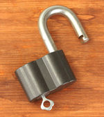 Old padlock with key on wooden background close-up — Stock Photo