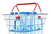 пластиковые бутылки воды в металлической корзине, изолированные на белом фоне — Стоковое фото