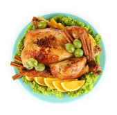 Geheel gebraden kip met sla, druiven, sinaasappels en specerijen op blauwe plat — Stockfoto