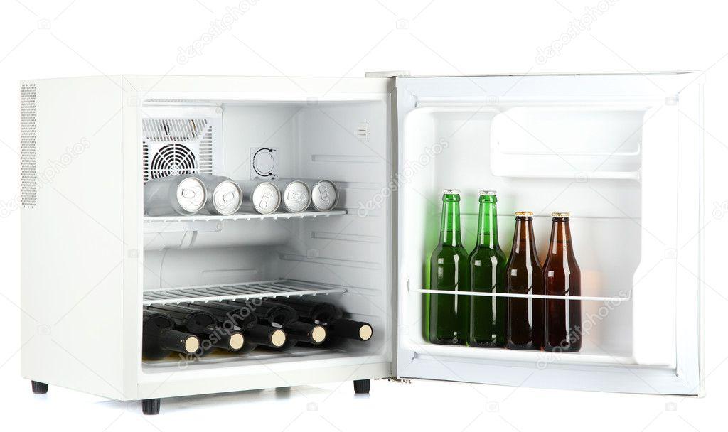 Mini nevera llena de botellas y latas de cerveza aislado - Nevera para cerveza ...