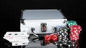 Poker impostato su metallico caso isolato su sfondo nero — Foto Stock