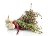 Herbes séchées dans le mortier et les légumes, les isolatrd sur blanc — Photo