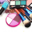 make-up borstels in houder en cosmetica geïsoleerd op wit — Stockfoto #12884460