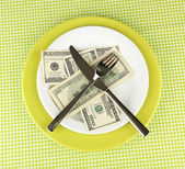 Banknotes on the plate on green tablecloth close-up — Foto Stock