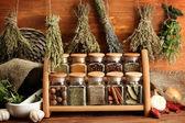Gedroogde kruiden, specerijen en en peper, op houten achtergrond — Stockfoto