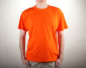 Hombre en primer plano de camiseta naranja — Foto de Stock