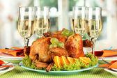 τραπέζι συμπόσιο με ψητό κοτόπουλο και ποτήρια κρασί. ημέρα των ευχαριστιών — Φωτογραφία Αρχείου