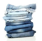 Wiele różnych jeansów na białym tle — Zdjęcie stockowe