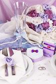 Che serve tavolo di nozze favoloso in colore viola, bianco e viola tessuto b — Foto Stock