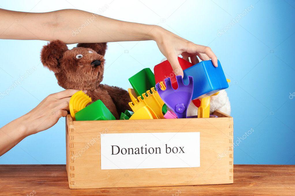 caja de la donación con juguetes de los niños en primer ...