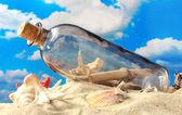 Botella de cristal con nota dentro de arena, sobre fondo de cielo azul — Foto de Stock