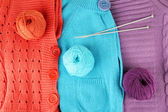 Blusas de lã coloridos e bolas de close-up de lã — Foto Stock