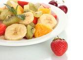 świeże owoce sałatka na płytkę i jagód na białym tle — Zdjęcie stockowe