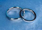 обручальные кольца на атласной подушече крупным планом — Стоковое фото