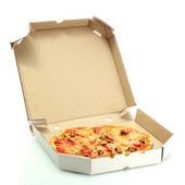 Pizza savoureuse dans boîte isolé sur blanc — Photo
