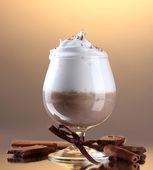 Glas koffie cocktail op bruine achtergrond — Stockfoto