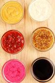 Diverses sauces sur hacher gros plan conseil — Photo