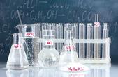 Tubos de ensayo con diversos ácidos y otros productos químicos en el fondo de la — Foto de Stock