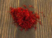 Stigma's van saffraan op houten achtergrond close-up — Stockfoto
