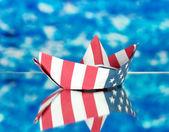 美国国旗,在蓝色背景上的船。哥伦布日. — 图库照片