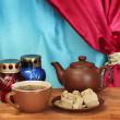 czajnik filiżanka i spodek z słodki Chałwa na drewnianym stole w deseń — Zdjęcie stockowe