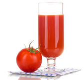 Tomatsaft i glas isolerade på vit — Stockfoto
